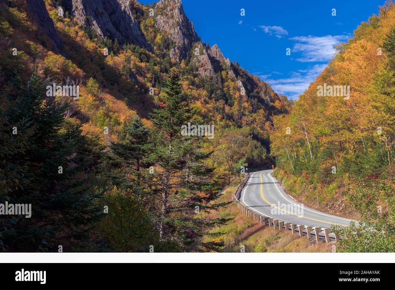 Una strada si snoda attraverso la tacca Dixville mountain pass in New Hampshire. Foto Stock