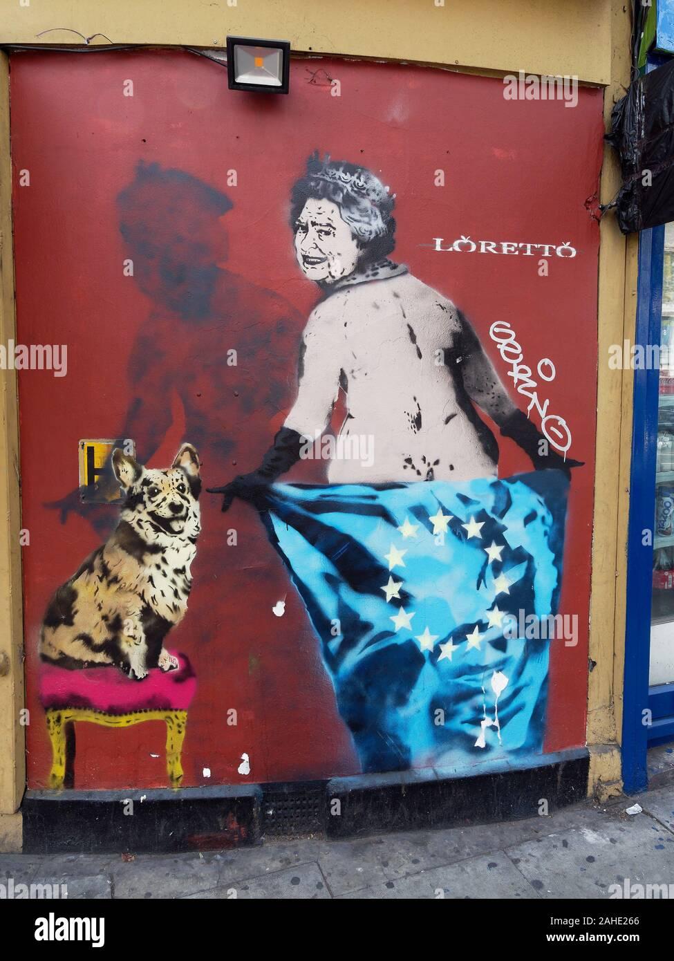Satirico di street art graffiti con la regina Elisabetta II, corgie e bandiera UE. Foto Stock