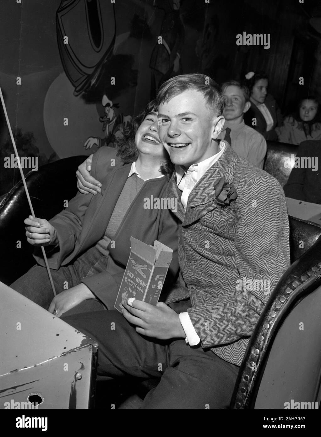 Gli adolescenti a una data, in un carnevale fun-house giro in Minnesota, intorno al 1946 Foto Stock