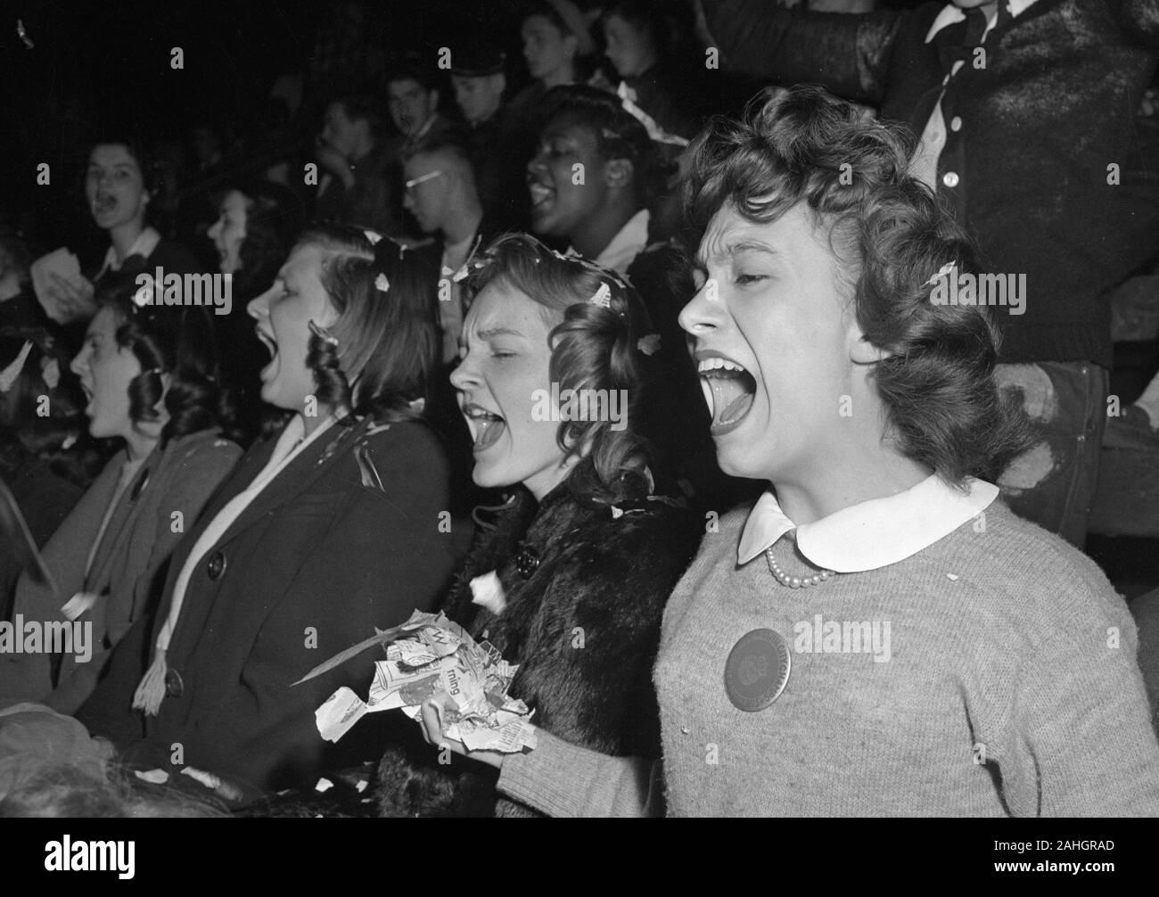 Gli appassionati di sport presso la University of Wisconsin - Madison circa 1946 Foto Stock