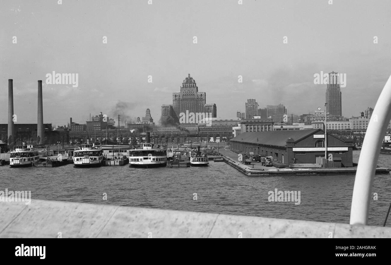 Lo skyline di Toronto, come si vede dal ponte della nave passeggeri SS Nord America, 1942 Foto Stock