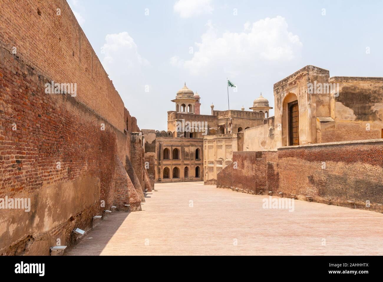 Lahore Fort pittoresca vista mozzafiato Alamgiri Gate con sventola Bandiera Pakistan su un soleggiato Blue Sky giorno Foto Stock