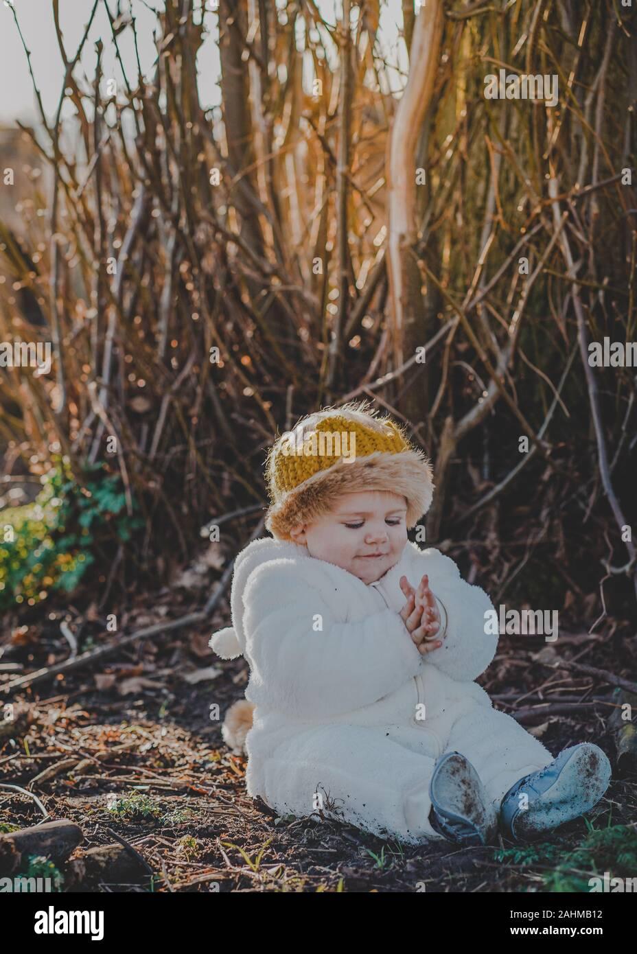 Little Boy vestito come Max da dove le cose selvagge sono nei boschi Foto Stock