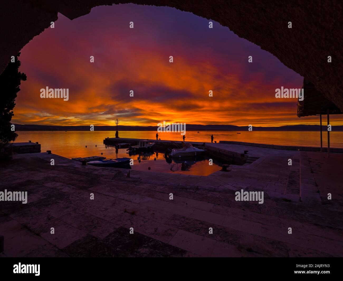 I pescatori prima del tramonto paesaggio nel piccolo porto tranquillo in Malinska in Croazia Foto Stock