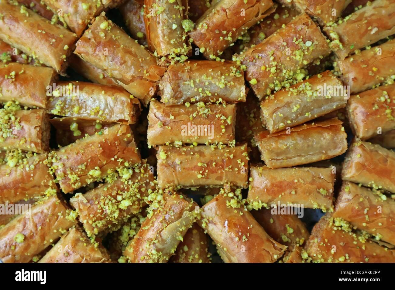 Vista superiore della Baklava pasticcini e rabboccato con un trito di Pistacchi di Bronte Foto Stock