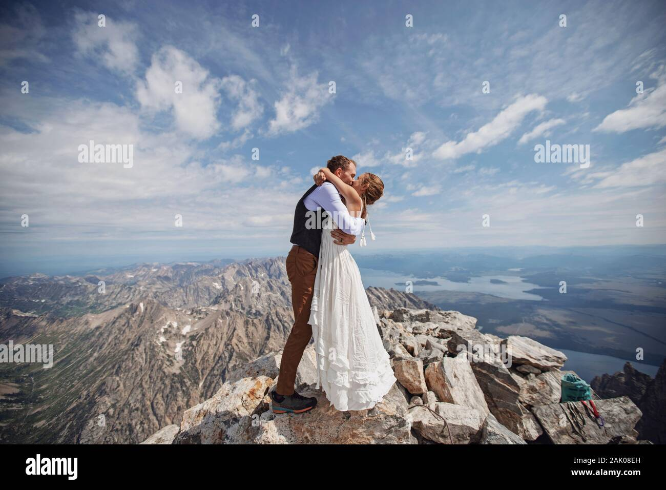 Appena sposato coppia condivide primo bacio sulla cima del Grand Teton Wyoming Foto Stock