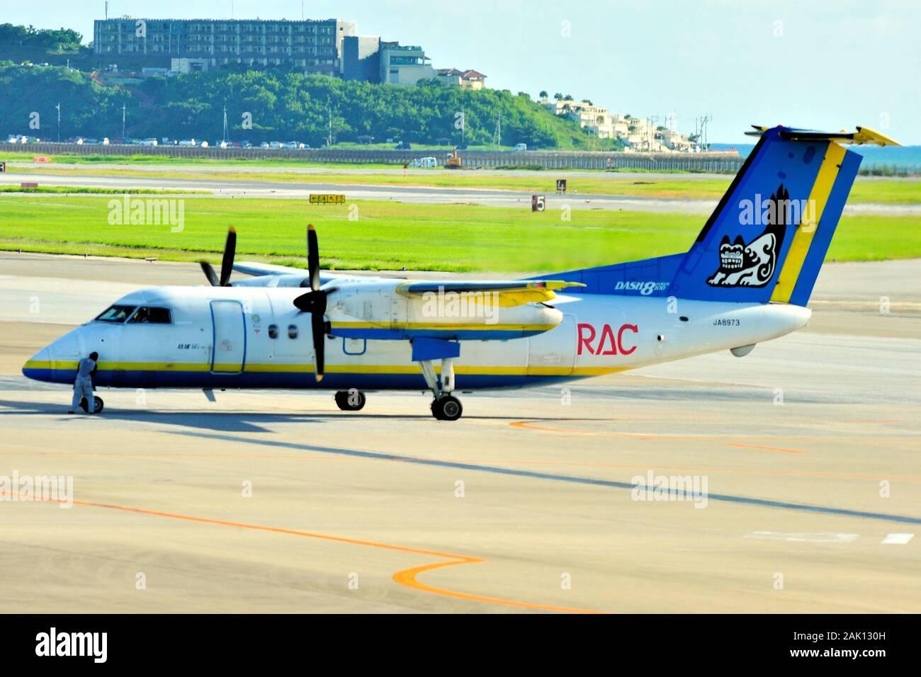 """Ryukyu di """" commuters """" Aria, RAC, De Havilland Canada Dash 8, DHC-8-100, JA8973, tenetevi pronti per la partenza dall'Aeroporto di Naha, Okinawa, in Giappone Foto Stock"""