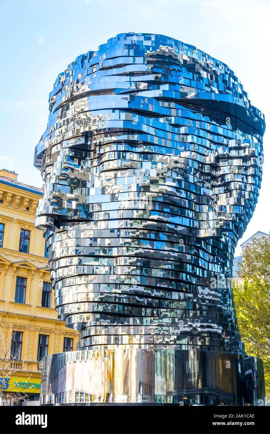 Praga, Repubblica Ceca - 26 Ottobre 2019: la testa di Franz Kafka, noto anche come la statua di Kafka. Scultura all'aperto dall'artista David Cerny, situat Foto Stock