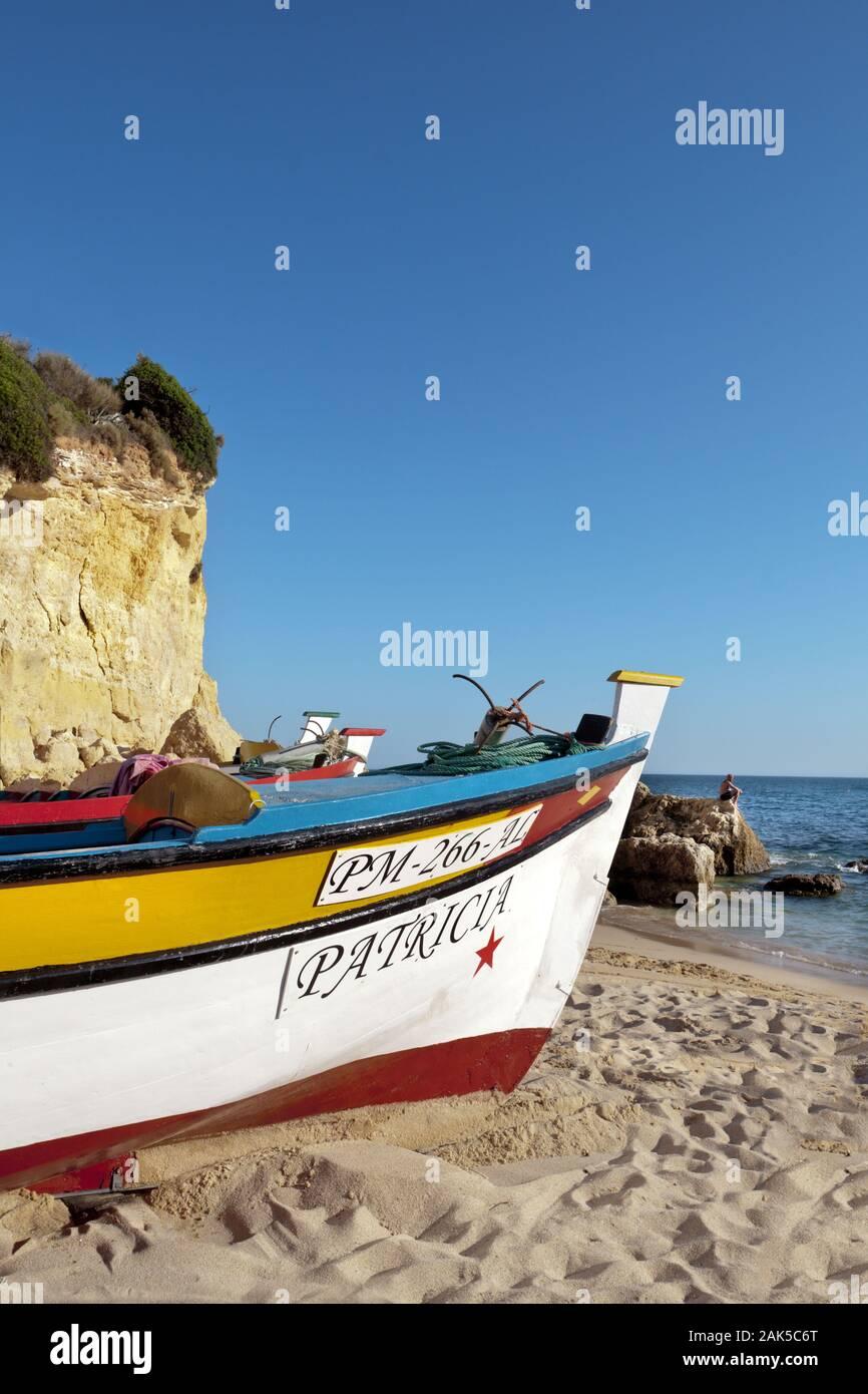 Boote am Strand bei Carvoeiro, Algarve | Utilizzo di tutto il mondo Foto Stock