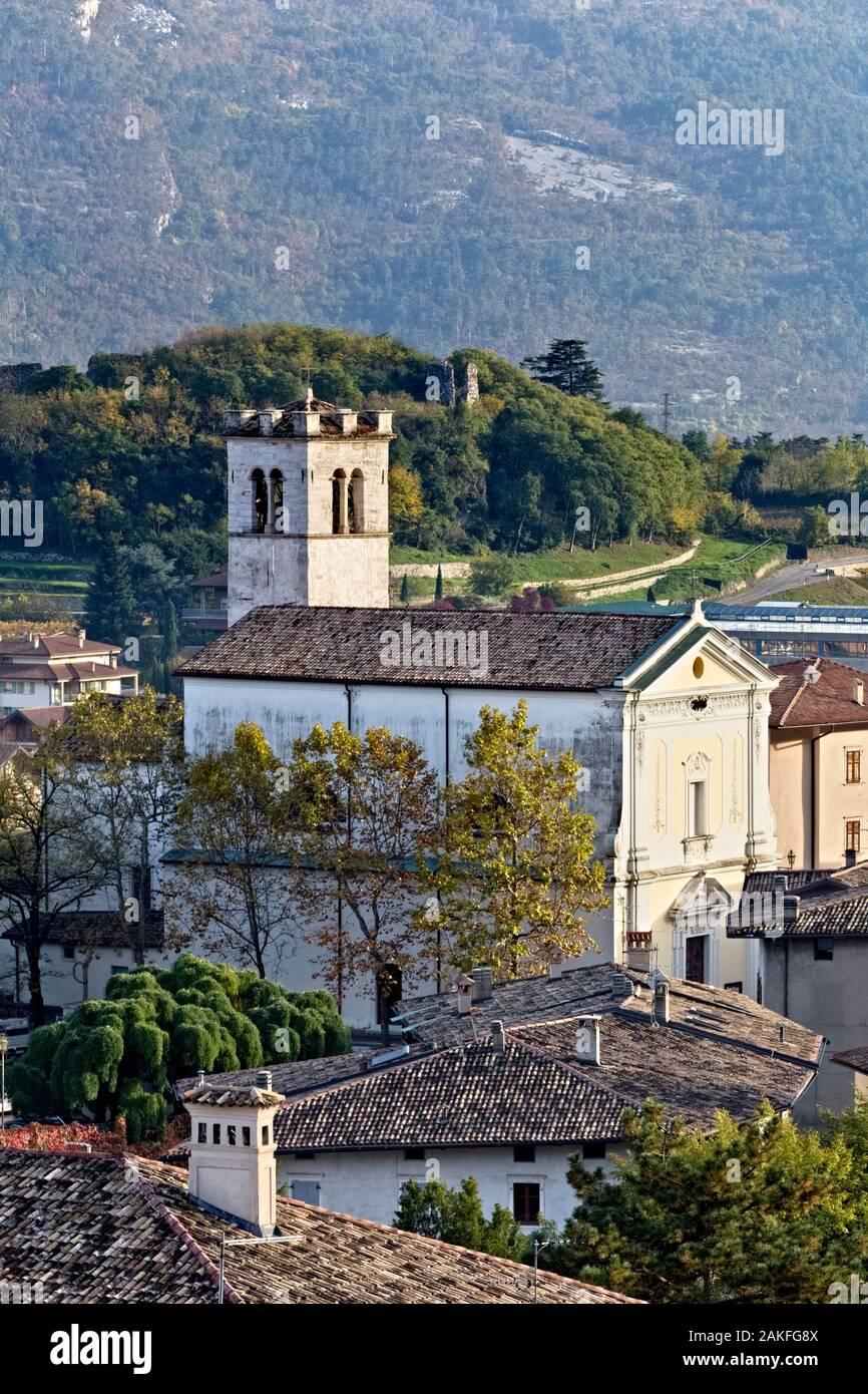 La San Vincenzo e Anastasio chiesa nel villaggio di Isera. Provincia di Trento, Trentino Alto Adige, Italia, Europa. Foto Stock