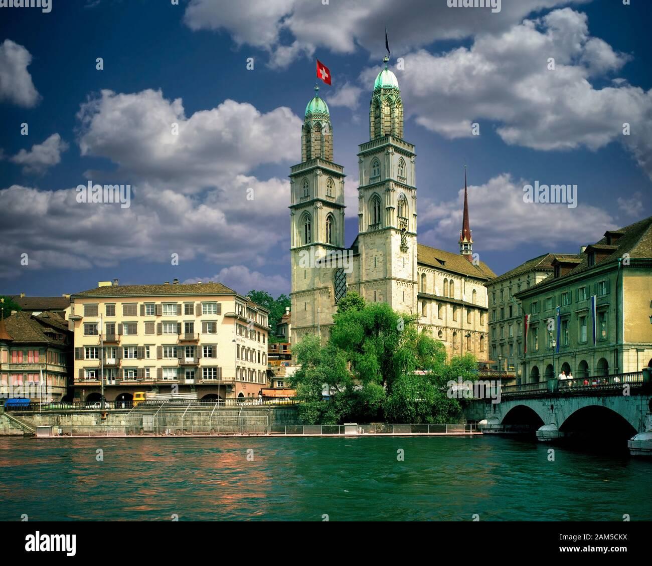 CH - Zuerich: Grossmünster (cattedrale) e il fiume Limmat Foto Stock