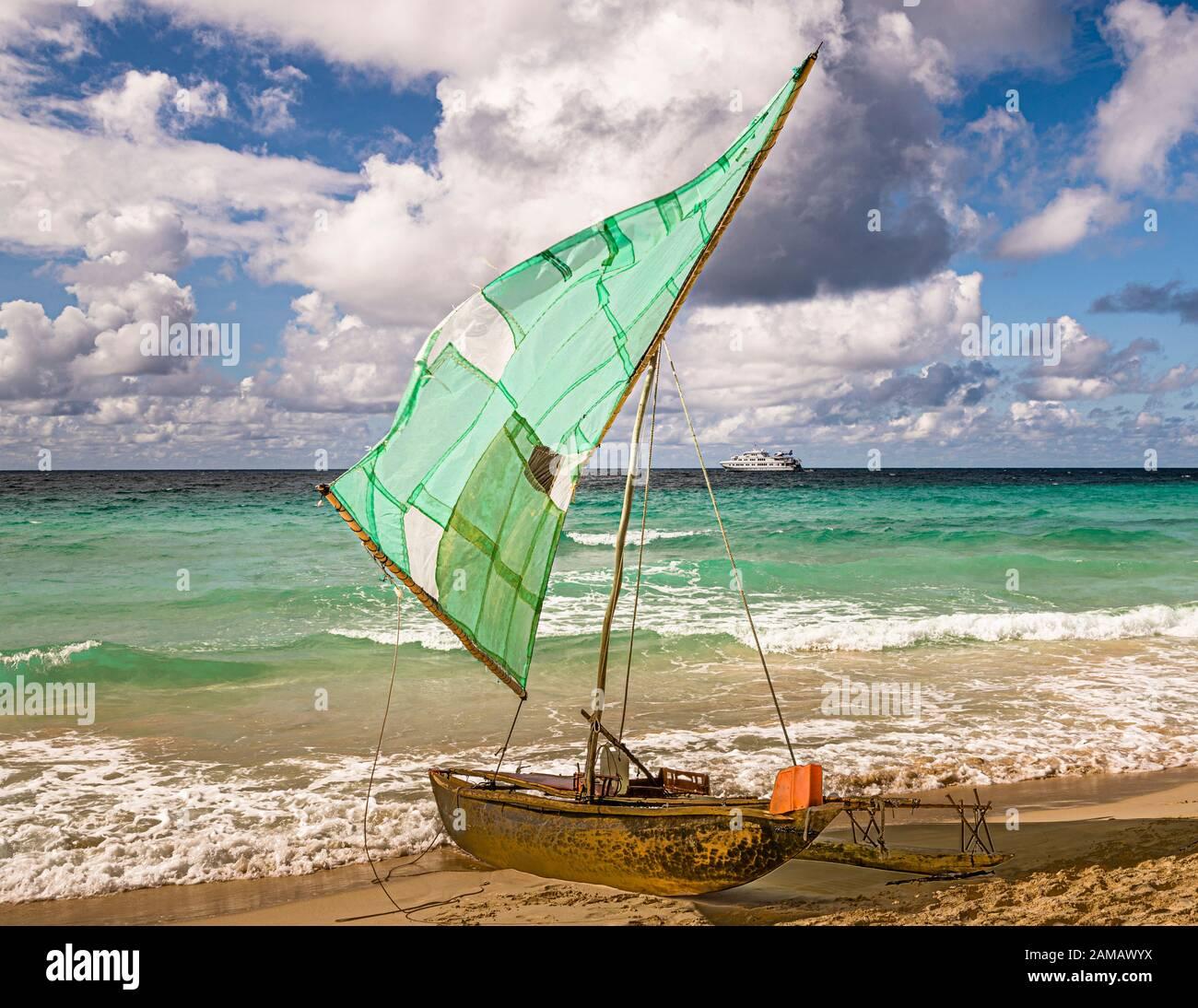 Locali e turisti si incontrano su una spiaggia a Papua New Guinea Foto Stock