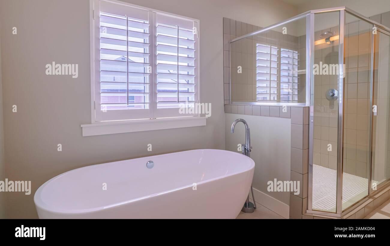 Bagni Di Lusso Moderni cornice panoramica moderno bagno di lusso con vasca a forma