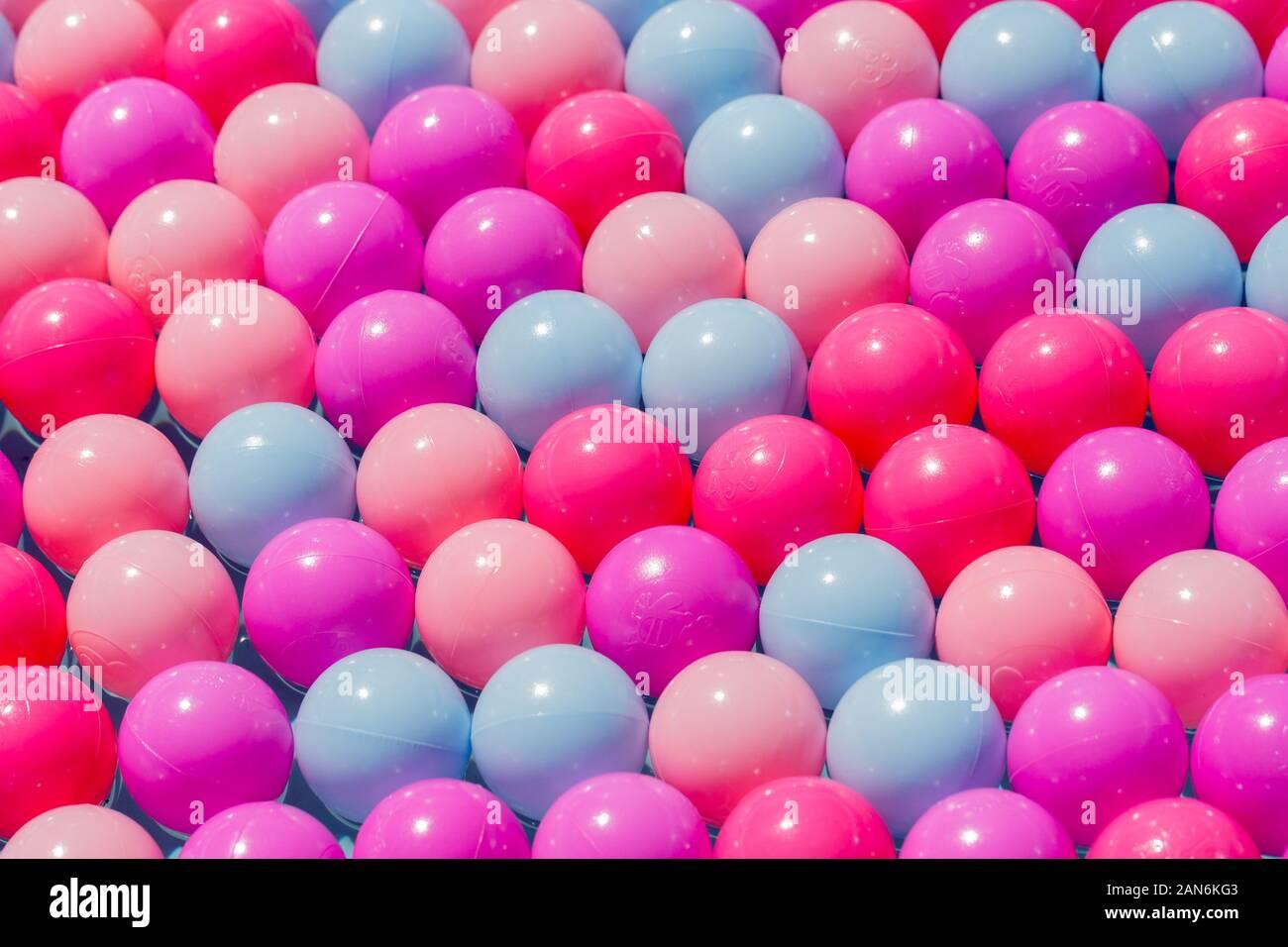 Sfere di plastica di vari colori perfettamente allineati in diverse file. Concetto. Simbolo di unità, perfezione, diversità, alginment, essere diversi. Foto Stock