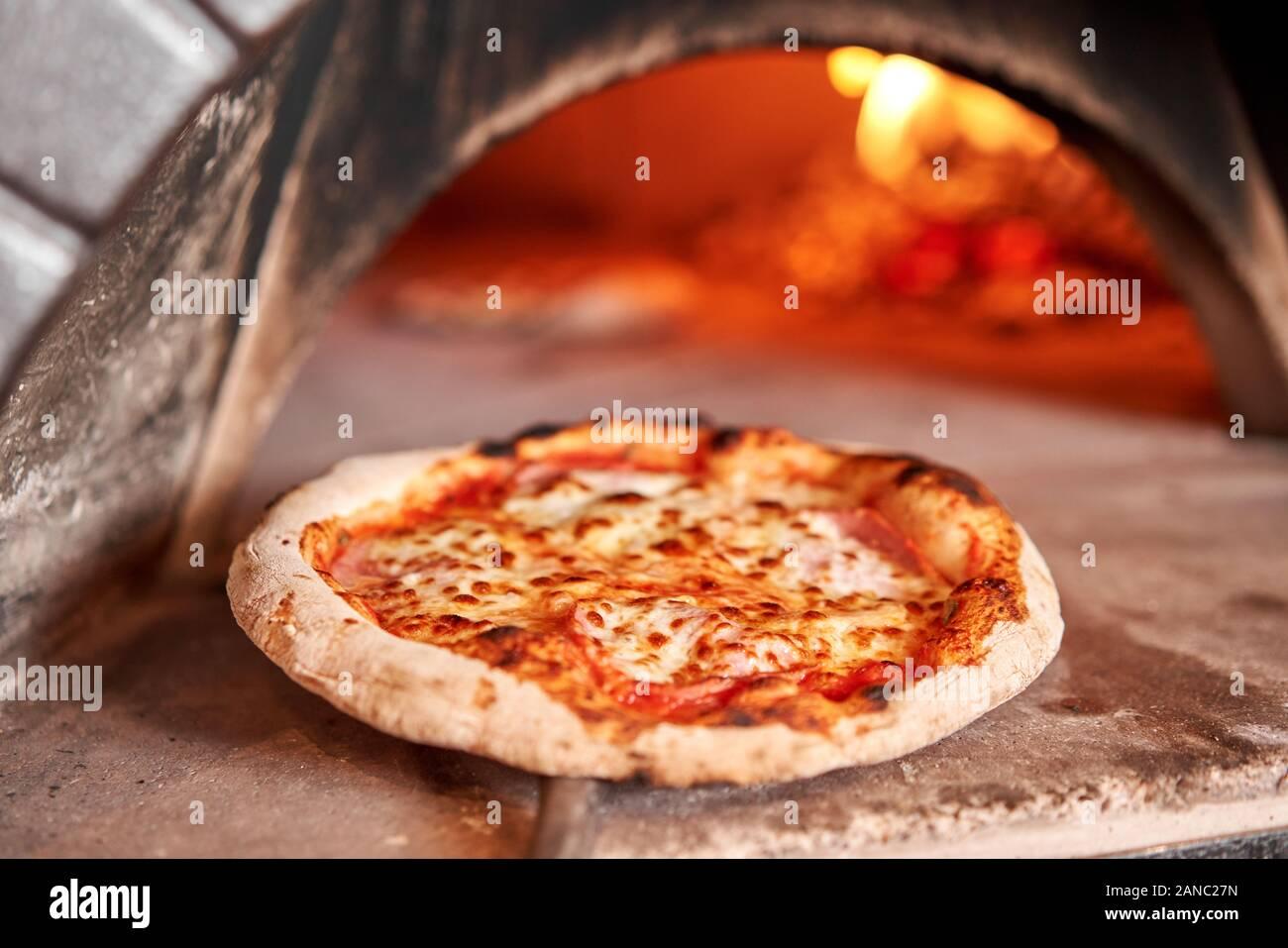 Ricetta Pizza Napoletana Originale Tradizionale.Pizzeria In Naples Immagini E Fotos Stock Alamy