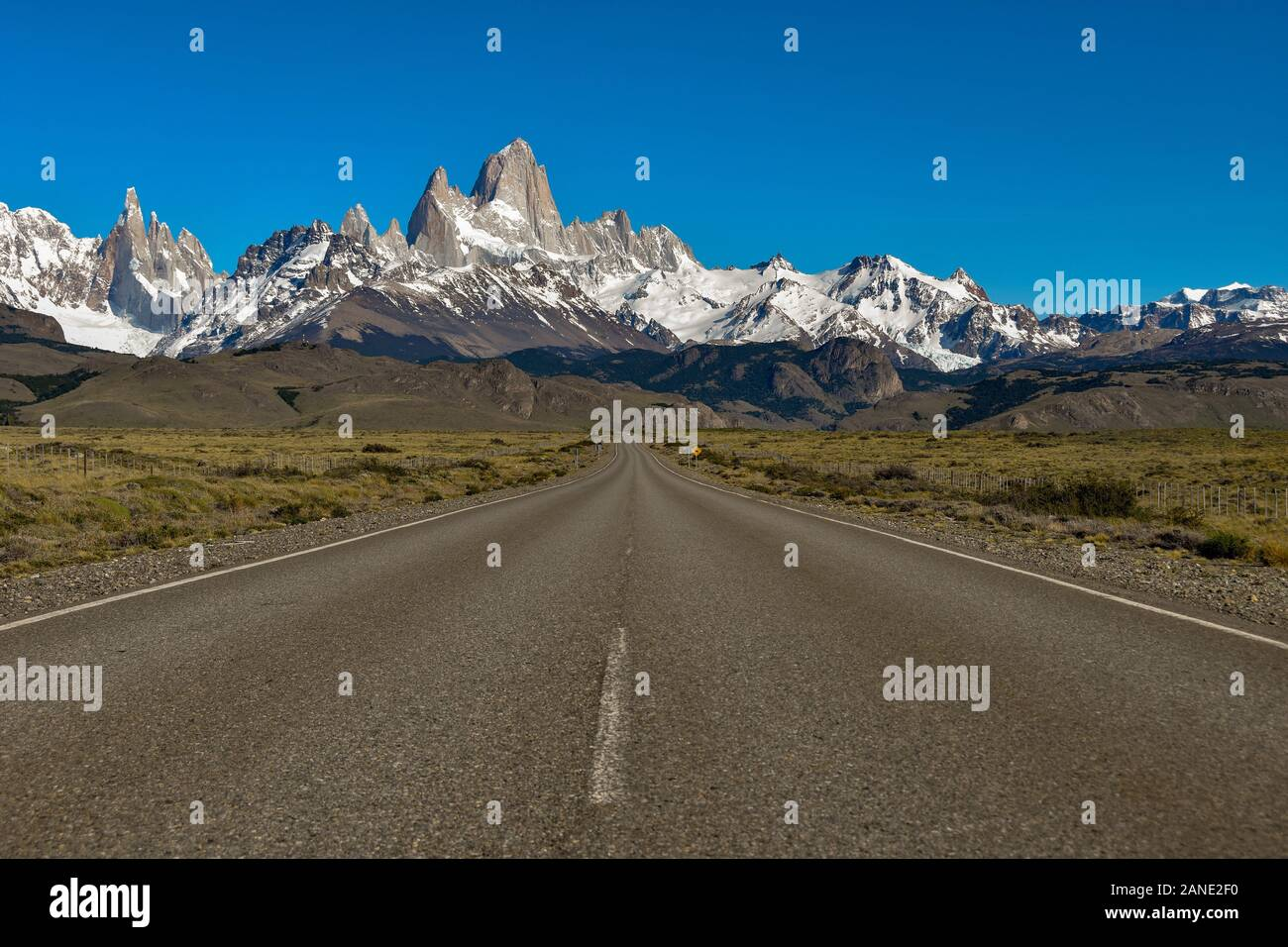 Strada verso El Chalten con famose montagne Fitz Roy e Cerro Torre, Patagonia, Argentina Foto Stock