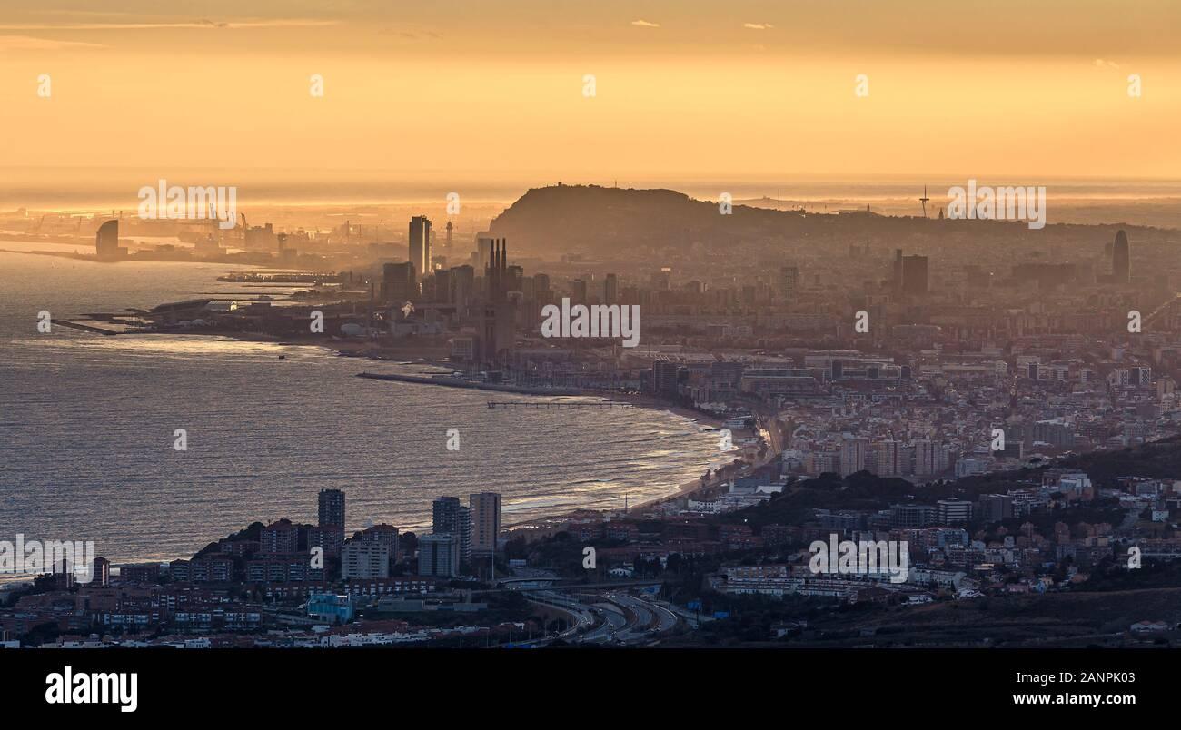 Misty distante Vista aerea di Barcellona a Ora d'Oro Foto Stock