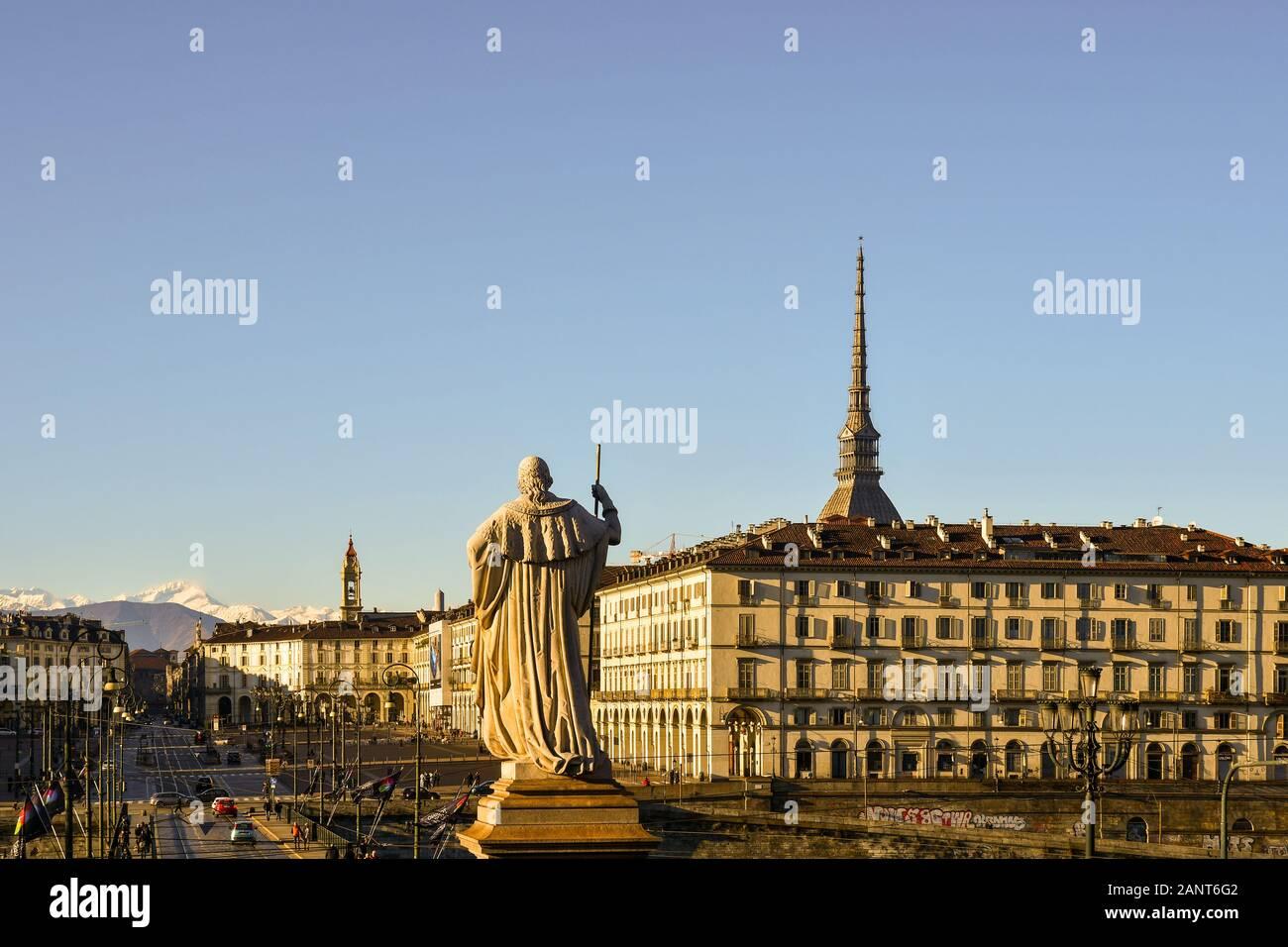 La città di Torino con Piazza Vittorio Veneto, la sommità della Mole Antonelliana e il retro della statua di Vittorio Emanuele I, Piemonte, Italia Foto Stock