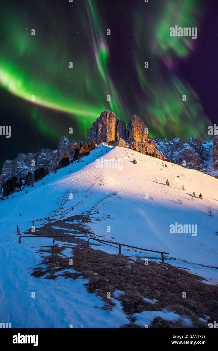 Aurora boreale luci del nord sulle montagne Forest Notte Foto Stock