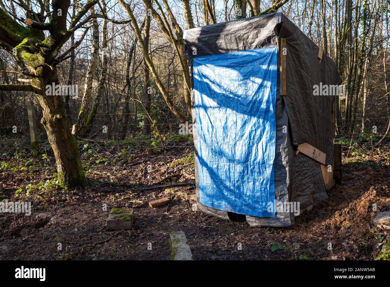 Wendover, Buckinghamshire, UK.18 gennaio 2020. Determinato gli attivisti contrapposta HS2 recentemente stabilito il Wendover resistenza attiva Camp nel bosco a sud di Wendover adiacente alla A413. Il camp si trova nel percorso della proposta di HS2 linea ferroviaria dove si sarebbe attraversare la A413. Il Wendover resistenza attiva Camp intende occupare il loro sito per quanto più a lungo possibile, opponendosi alla costruzione dell'HS2 linea ferroviaria. Il campo era ben organizzato con tende, campo di fuoco per la cottura, e qui illustrato un loo. Credito: Stephen Bell/Alamy Foto Stock