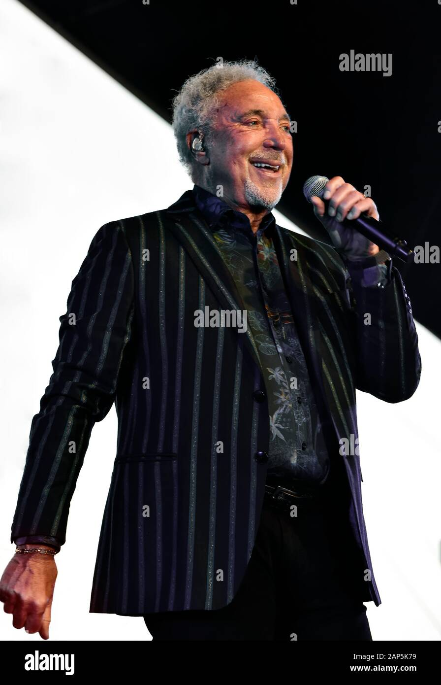 Tom Jones sul palco la Stagecoach Festival in Indio, California. Foto Stock
