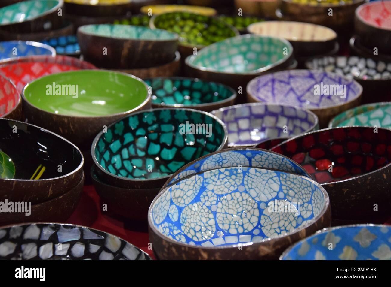 Ciotole variopinte in vendita sul mercato locale in Thailandia Foto Stock