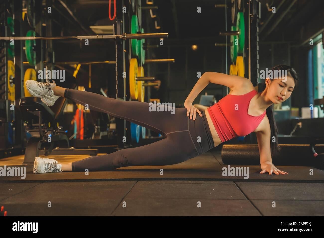 Esercizio maschile e femminile in palestra. Sport, fitness, sollevamento pesi e formazione Concept 086 Foto Stock
