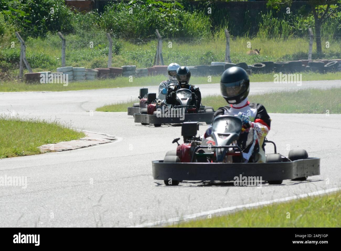 Florianopolis - Brasile, 9 febbraio 2019: Piloti sconosciuti in competizione nel Karting Championship. I piloti in karts indossando casco, racing suit partecipare Foto Stock
