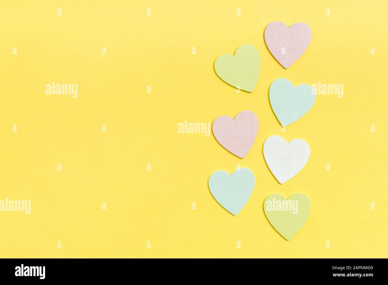 Vista dall'alto composizione di cuori di legno su sfondo colorato. Concetto di relazione romantica. Il giorno di Valentaine. Foto Stock