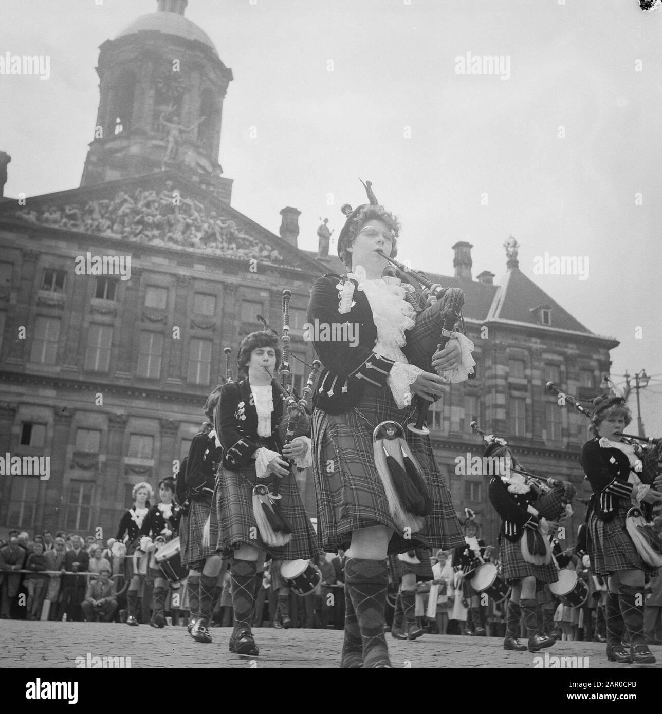 Ospiti scozzesi in Piazza Dam. Concerto By The Wieks Girl Pipeband From Scotland Data: 24 Giugno 1963 Località: Great Britain, Scotland Parole Chiave: Concerti Istituto Nome: Wieks Girl Pipeband Foto Stock