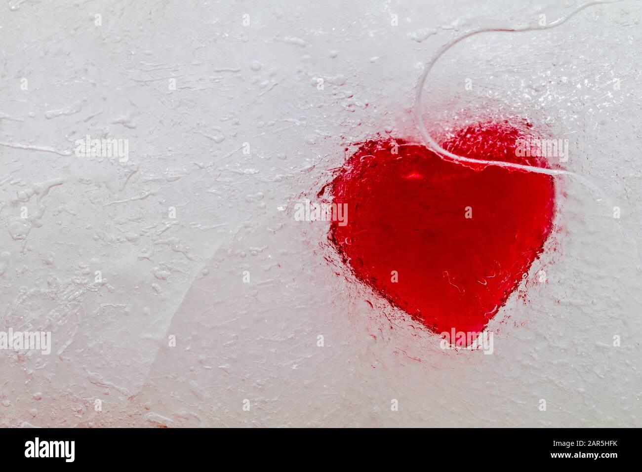 Astratto congelato cuore nel concetto di ghiaccio di heartbreak nessun amore Foto Stock