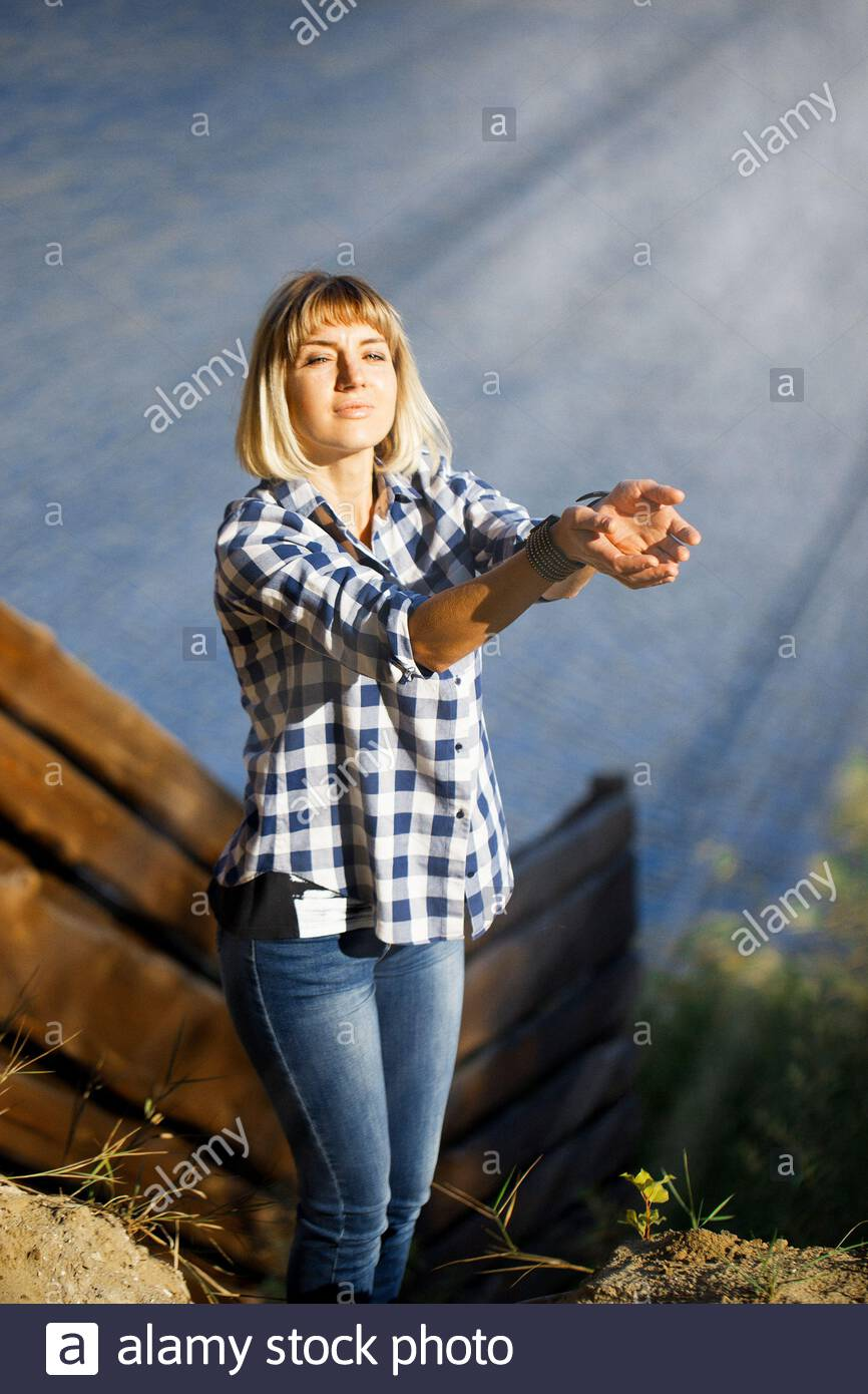 ritratto di cute e bella giovane donna alla luce del sole Foto Stock