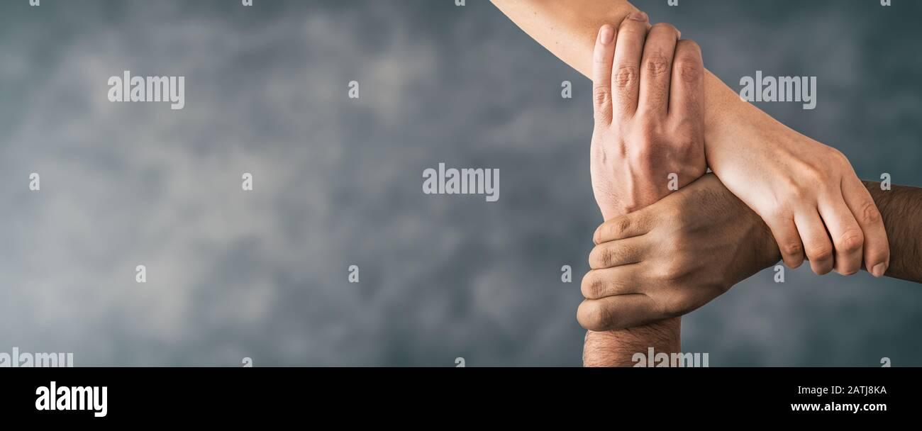 Vista dall'alto dei giovani che tengono le mani. Simbolo e concetto di unità, lavoro di squadra e supporto. Foto Stock