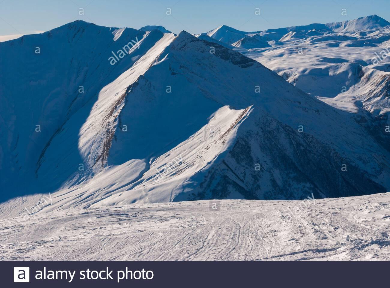 Vista sulla montagna caucasica in inverno. Cross Pass In Georgia. Distretto Di Gudauri. Foto Stock
