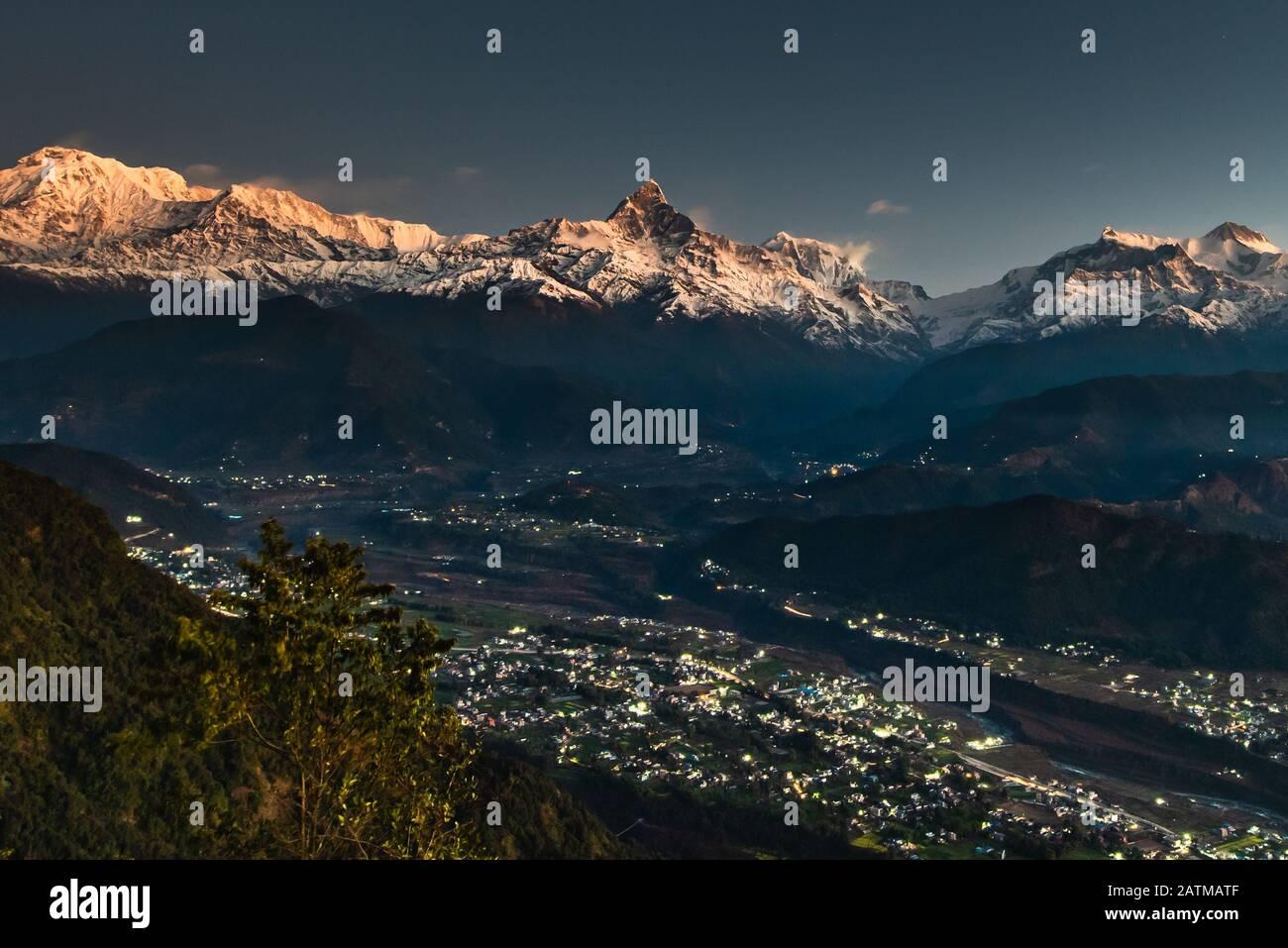 Machapuchare al mattino presto. Una montagna nell'Annapurna Himalaya del Nepal centrale del nord. Foto Stock