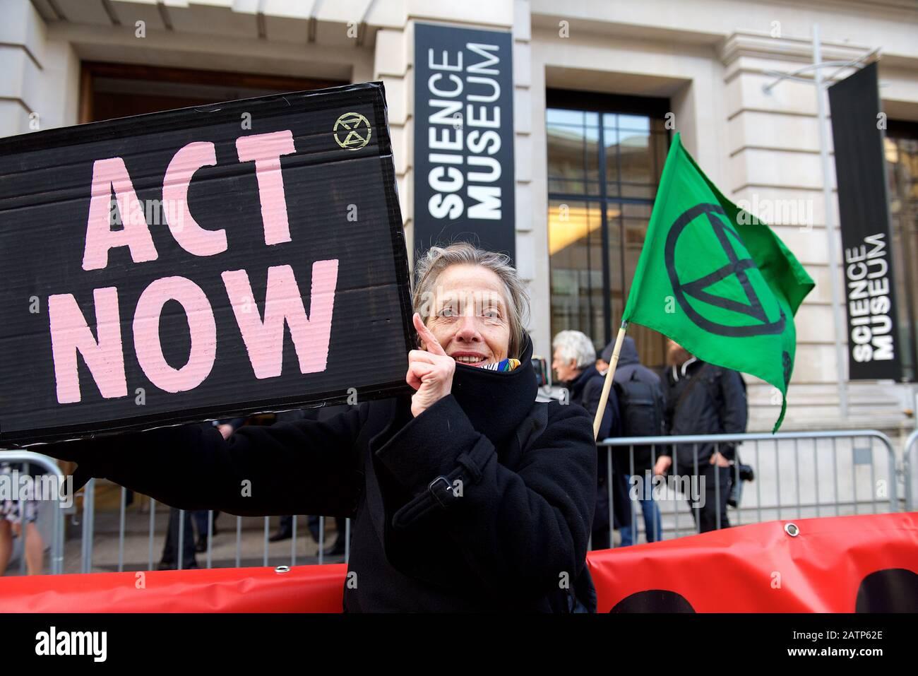 Londra, Regno Unito. 4th Feb 2020. Le Proteste dei ribelli di estinzione continuano a Londra, questo è stato l'evento di lancio per i prossimi colloqui sulla crisi climatica, COP26, nel Regno Unito nel novembre 2020. Il primo ministro britannico Boris Johnson ha tenuto un discorso che è stato molto criticato per essere una risposta inadeguata all'entità della crisi e per dimostrare una mancanza di urgenza con la sua neutralità rispetto al carbonio entro il 2050, quando la stragrande maggioranza degli scienziati del clima insiste sulla necessità di agire molto prima. Credito: Gareth Morris/Alamy Live News Foto Stock