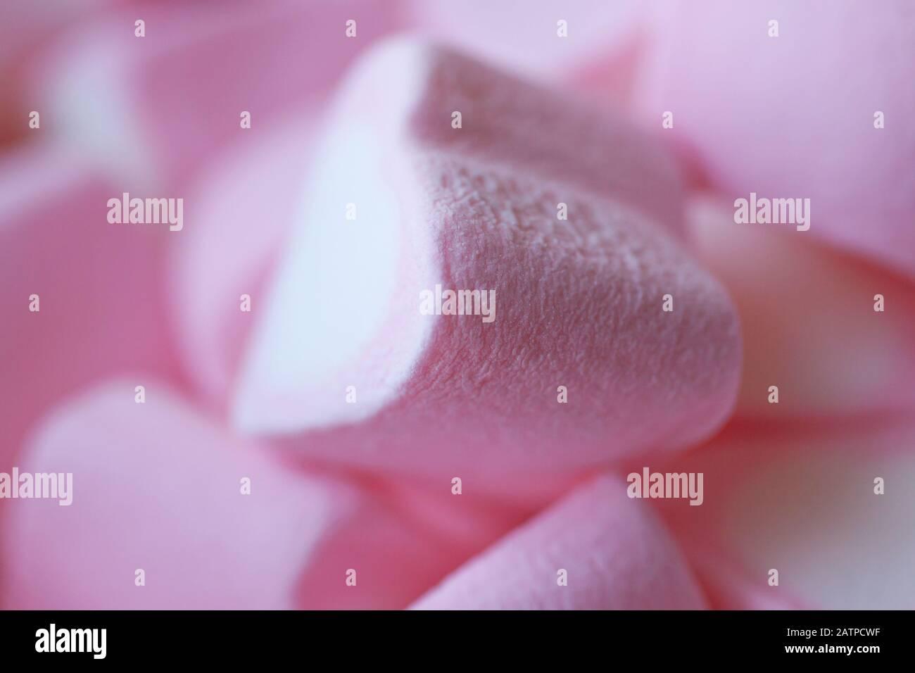 Mucchio di marshmallows a forma di cuori su sfondo rosa. Il concetto di San Valentino, amore, dolci Foto Stock