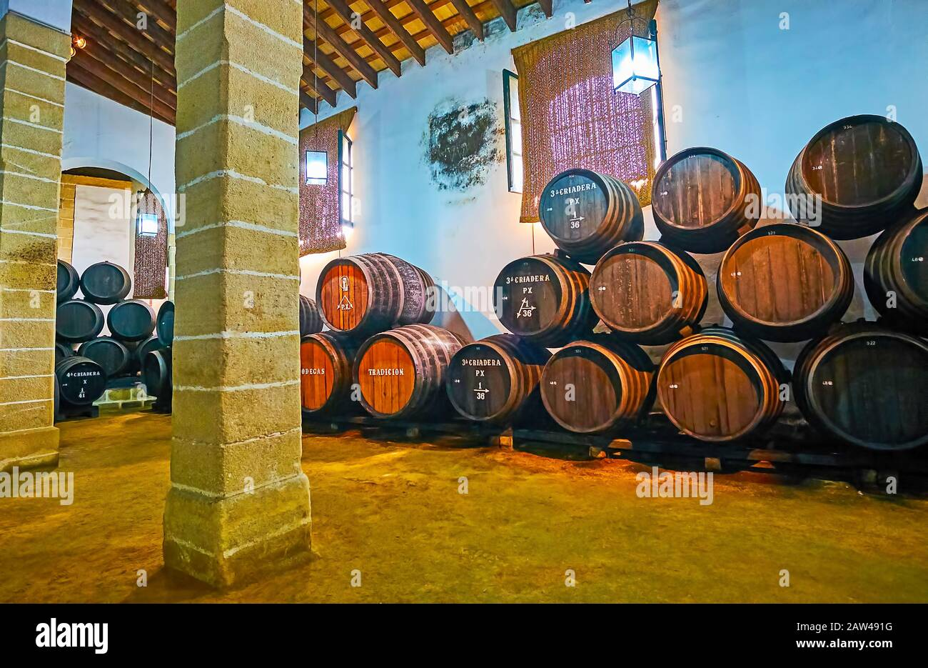 Jerez, SPAGNA - 20 SETTEMBRE 2019: Le botti di rovere vintage impilate con vino Sherry invecchiato a Bodegas Tradicion, il 20 settembre a Jerez Foto Stock