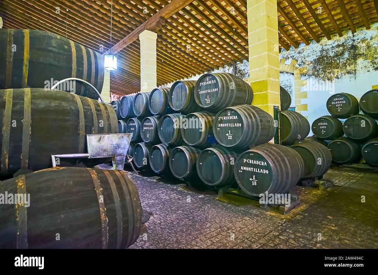 Jerez, SPAGNA - 20 SETTEMBRE 2019: Passeggia tra le botti di rovere nero impilate nella cantina Bodegas Tradicion, famosa per il vino Sherry invecchiato di alta qualità, su Se Foto Stock