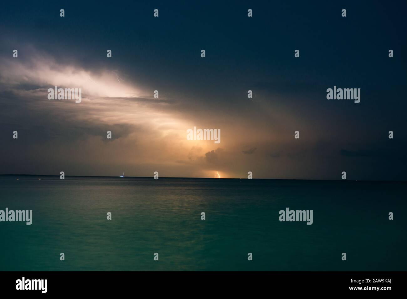 fulmine sulla costa caraibica in messico, isola holbox Foto Stock
