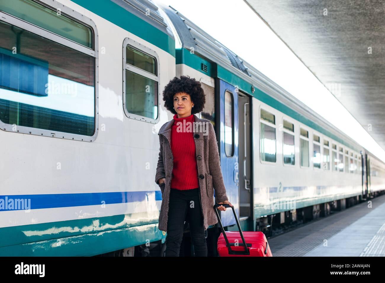Donna elegante che va per un viaggio d'affari in treno Foto Stock