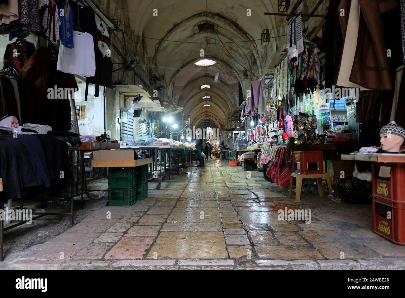 Vista di bancarelle di mercanti di cotone' di mercato un vicolo che conduce al Bab al-Qattanin cancello che conduce al monte del tempio nel quartiere musulmano della città vecchia di Gerusalemme Est Israele Foto Stock
