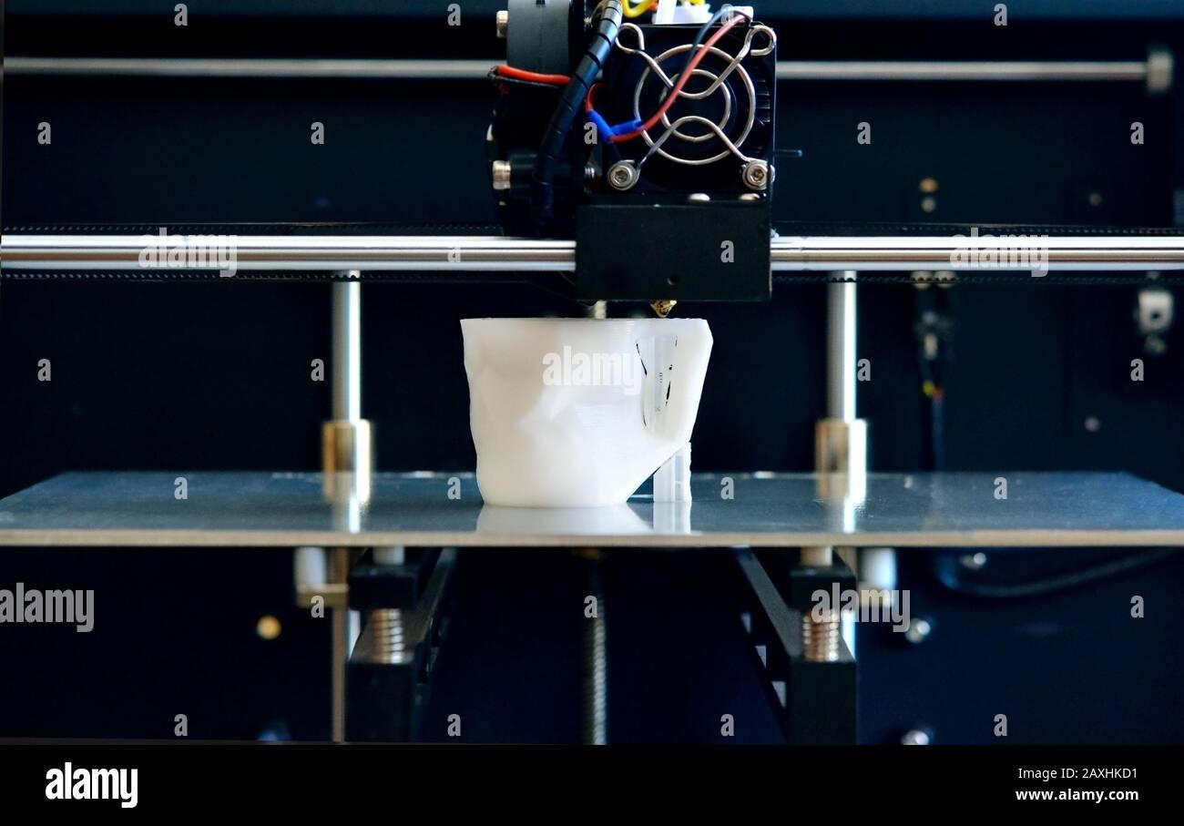 Oggetti stampati dalla stampante 3d. Automatic tridimensionali di stampante 3d esegue la modellazione plastica in laboratorio. La progressiva moderna tecnologia di additivo Foto Stock