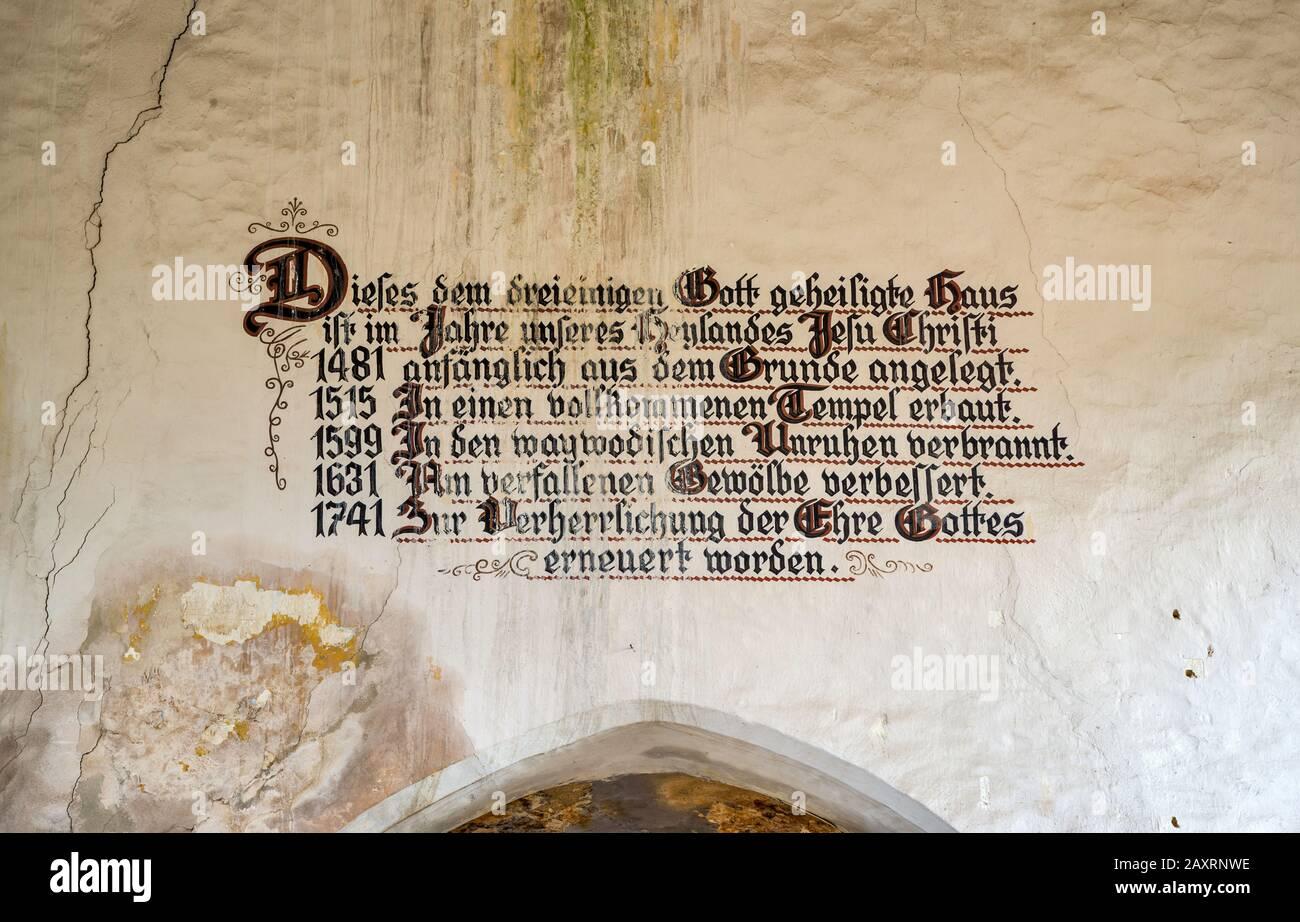 Testo in lingua tedesca in stile gotico all'interno della chiesa medievale fortificata sassone in rovina a Dobirca, ex tedesco, ora Gipsy villaggio, Transilvania Romania Foto Stock