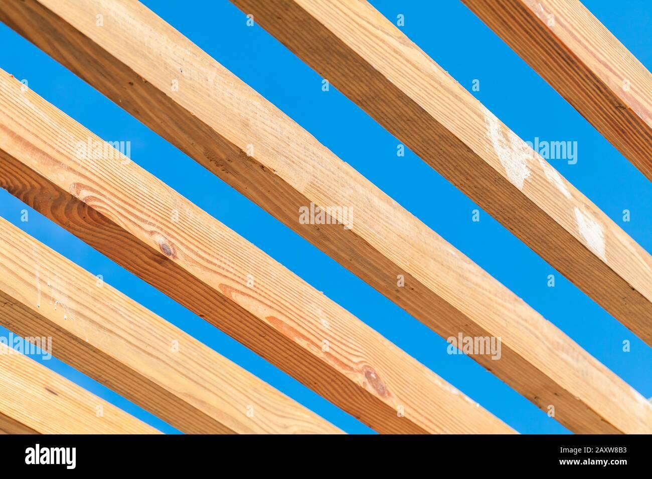 Tavole Di Legno In Una Fila Struttura Tendina Parasole Frammento Sotto Il Cielo Blu Al Giorno Di Sole Foto Stock Alamy