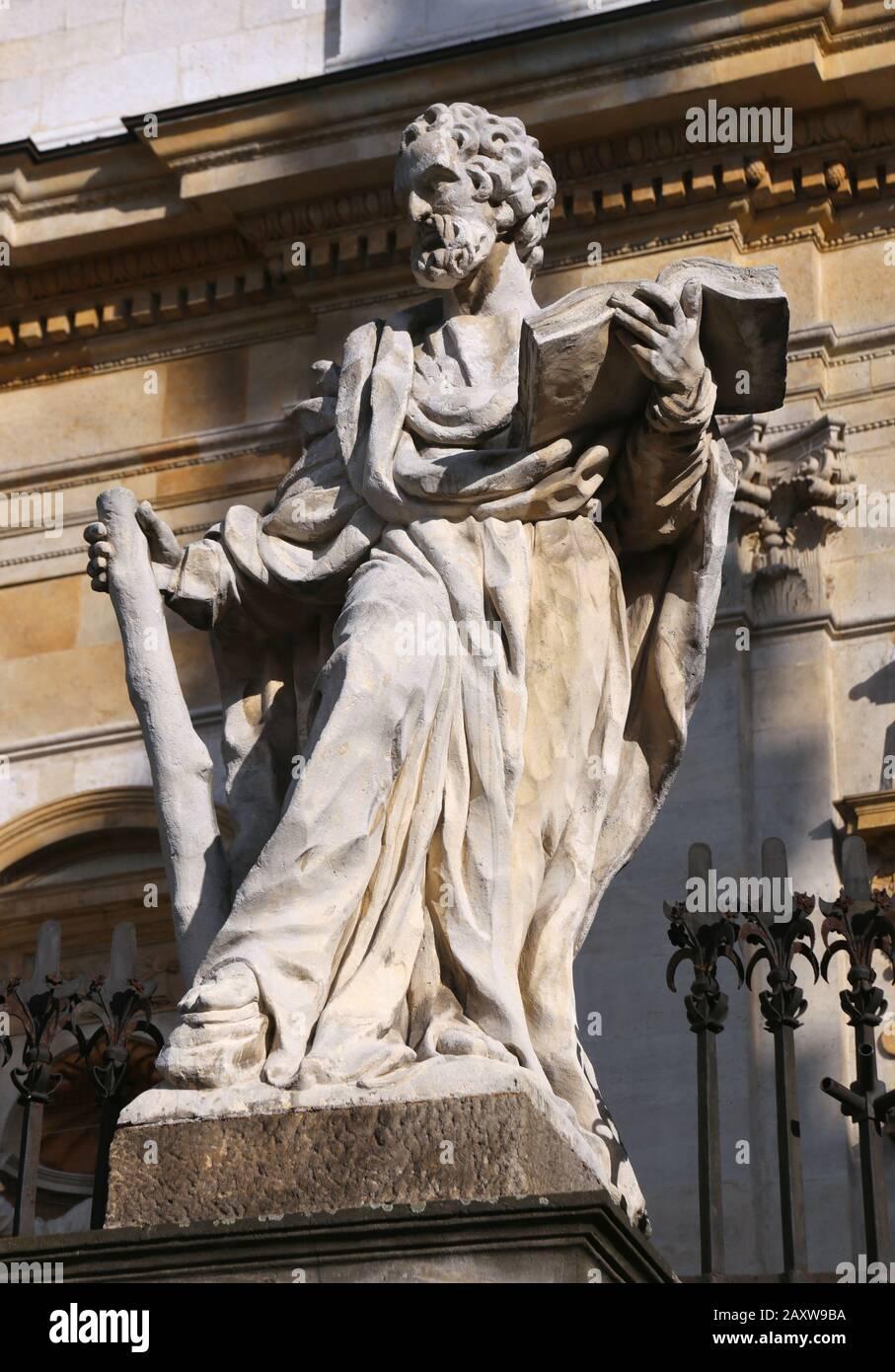 Cracovia. Cracovia. Polonia. Grodzka Street. Figura dell'apostolo Matteo di fronte alla chiesa dei santi Pietro e Paolo. Foto Stock