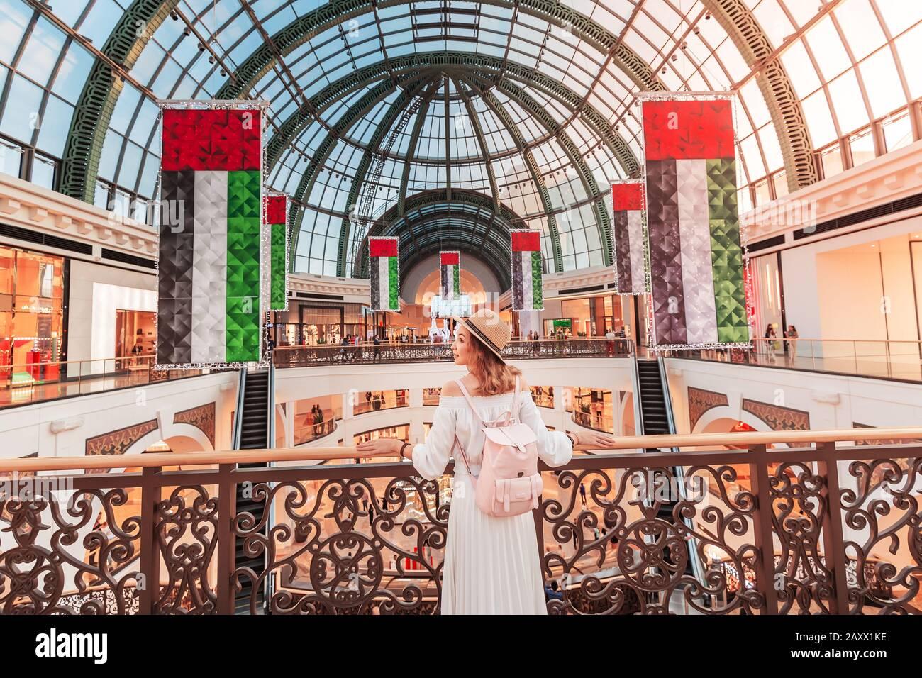 Un giovane turista cammina attraverso uno dei più grandi centri commerciali di Dubai - Emirates Mall. Viaggi in UAE concetto Foto Stock