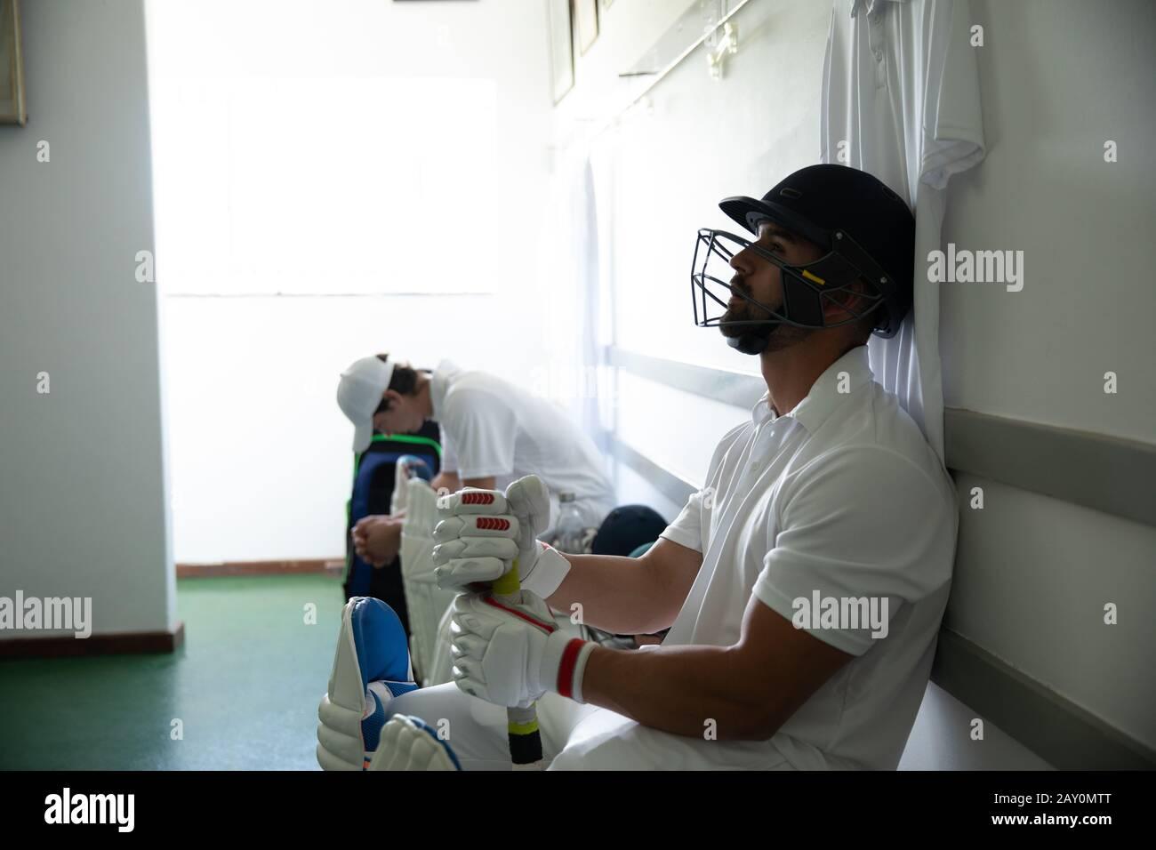 Giocatore di Cricket in attesa prima di giocare Foto Stock