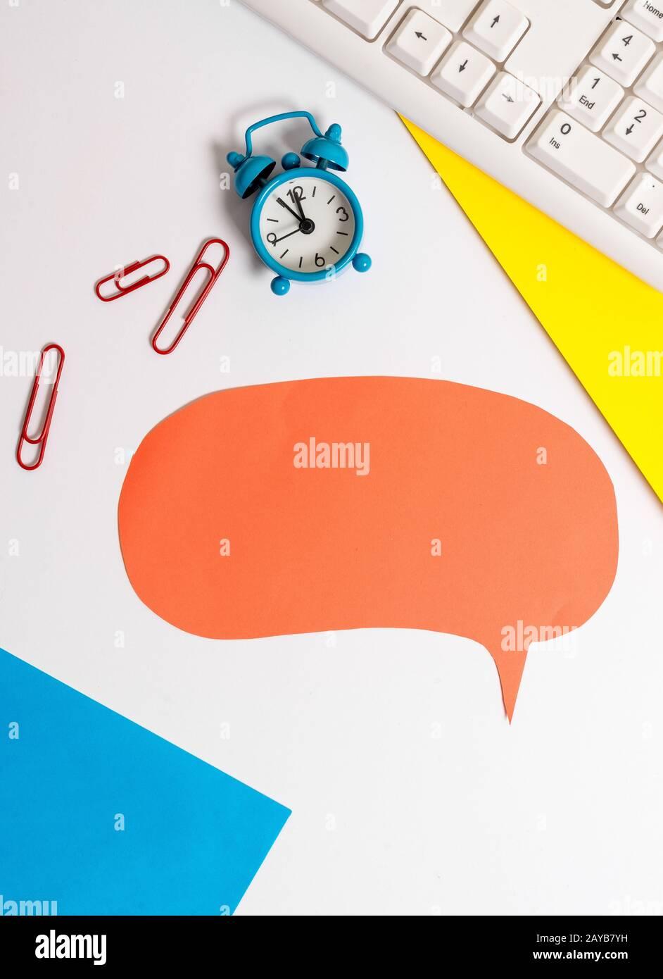 Tavolo con spazio per la copia sulla carta a bolle d'aria con orologio e graffette. Concetto aziendale con carta vuota per messaggi di testo. Foto Stock