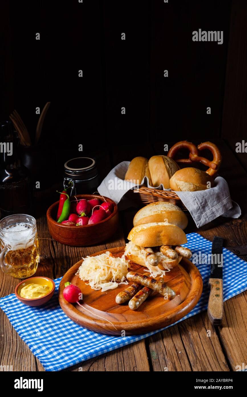 nürnberger rustica, bratwurst con crauti e rotolo Foto Stock